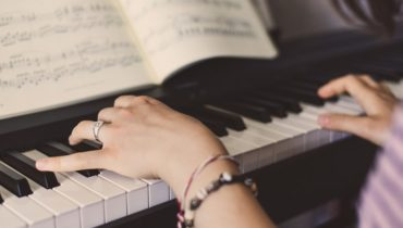 how to teach yourself to play the piano